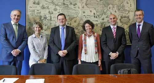 Representantes de la Universidad de Deusto y de Hewlett Packard Enterprise en el acto de formalización del convenio