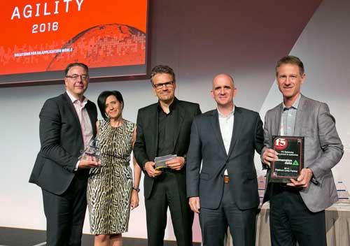 Michael Schoenrock (en el centro de la foto) entrega el Premio Partner del Año al equipo de Dimension Data