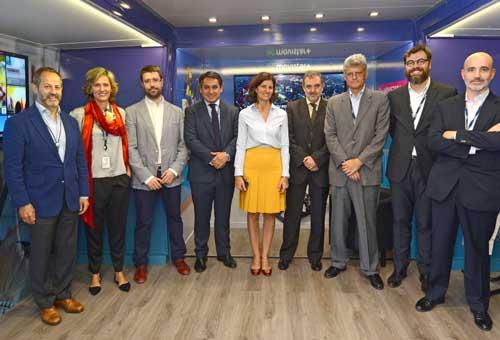 El equipo del autobús de la transformación digital sostenible de Telefónica con Luis Miguel Gilpérez