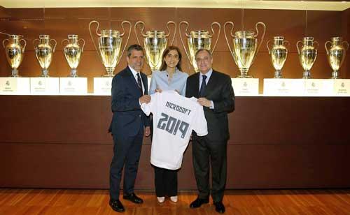 Orlando Ayala, Pilar López y Florentino Pérez tras la renovación del acuerdo