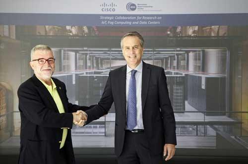 Mateo Valero, a la izda, con José Manuel Petisco después de la firma del acuerdo