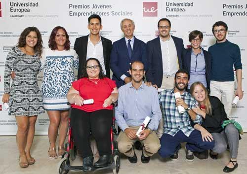 Los 10 ganadores de la VIII Edición de los Premios Jóvenes Emprendedores Sociales, junto a  Miguel Carmelo