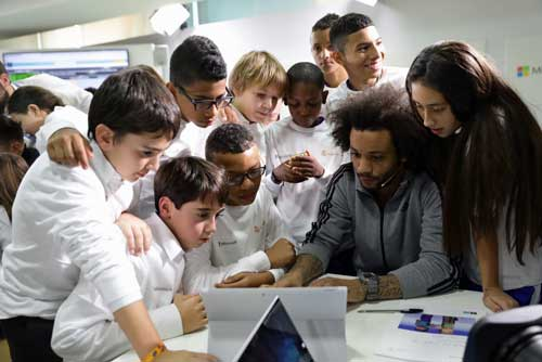 Participantes en el primer evento de la Hora del Código en España con el jugador del Real Madrid Marcelo Vieira