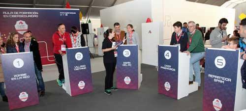 La carpa de CyberCamp se ha convertido en una gymkhana en la que los niños han podido participar en diferentes competiciones cyberscouts
