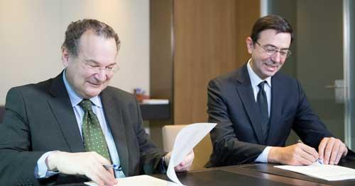 José María Vázquez García-Peñuela (a la izda) y Jorge Badía Carro ha firmado el convenio entre UNIR y Cuatrecasas