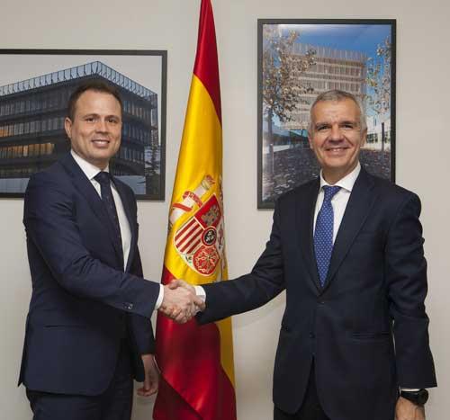 Alberto Hernández (a la izda.) y Celestino García tras la firma del acuerdo