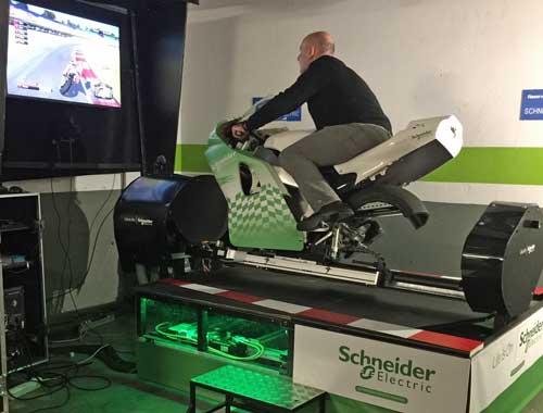 El simulador consta del carenado de una moto de 1000 cc sobre un sistema de 5 ejes, que permite al equipo simular cualquier movimiento de la moto