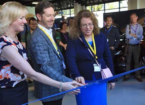 Kathy Winter, Doug Davis y Patti Robb (de izquierda a derecha) inauguran el nuevo Centro para Conducción Autónoma de Intel en San Jose, California
