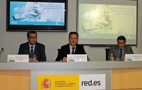 De izq. a dcha.: Antonio de Lucas, José Manuel Leceta y Francisco Javier Brizuela durante la presentación del estudio