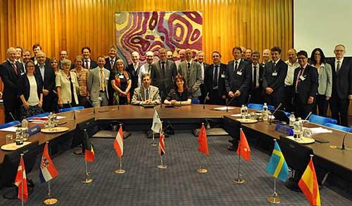 El responsable de Servicio Nacional de Meteorología de Italia, Silvio Cau, y Florence Rabier, directora general del ECMWF, firmaron el acuerdo en presencia de los representantes de los 22 Estados Miembros
