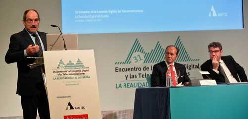 Pedro Mier, durante su intervención, con Rami Aboukhair, CEO del Banco Santander y el ministro Álvaro Nadal