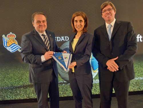 Jokin Aperribay (izda.), Pilar López y Sebastián Lancestremère (dcha.) han presentado el convenio entre la Real Sociedad y Microsoft