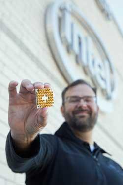 Jim Clarke, director de hardware cuántico en Intel, muestra el nuevo chip de 17qubit