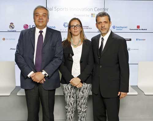 Víctor Calvo-Sotelo (izda.) con Iris Córdoba y Orlando Ayala (dcha.)