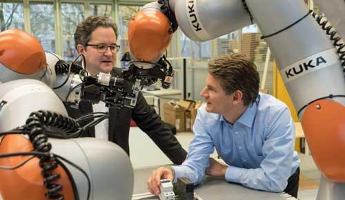 Georg Wichert (izquierda) y Kai Wurm, responsables del equipo del Siemens Corporate Technology, junto al prototipo de sistema autónomo que han desarrollado