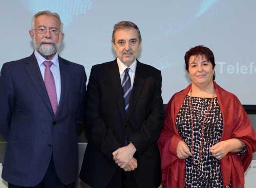 Jaime Ramos Torres, alcalde de Talavera de la Reina (a la izquierda), con Luis Miguel Gilpérez, presidente de Telefónica España, y la alcaldesa de Segovia, Clara Isabel Luquero de Nicolás