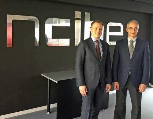 Alberto Hernández, director general del INCIBe y José-Emilio Serra, vicepresidente de Estrategia de Negocio y Calidad de Schneider Electric