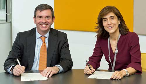 Francisco Arteche y Pilar López durante la firma del acuerdo