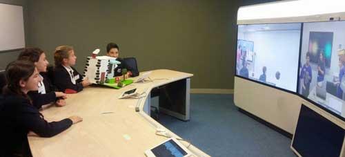 Alumnos del Colegio Parque de Madrid comunicándose mediante Cisco TelePresence con la Escola La Parellada de Tarragona