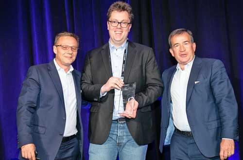 Nicolas Savides tras recibir el premio, entregado por Jean-Pierre Brulard