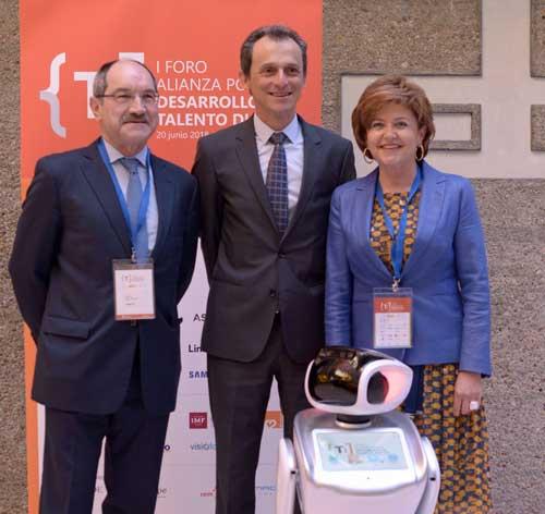 Pedro Mier (izquierda) con el ministro Pedro Duque y María Teresa Gómez del Condado, directora general de AMETIC