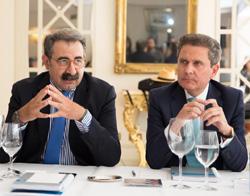 Jesús Fernández (izda) y Enrique Palomares durante la presentación del proyecto de firma en la nube