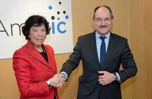 La Ministra de Educación y Formación Profesional, Isabel Celaá, con el presidente de AMETIC, Pedro Mier
