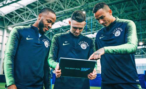Los jugadores del Manchester City (de izquierda a derecha) Raheem Sterling, Phil Foden y Danilo utilizando dispositivos y aplicaciones durante un partido