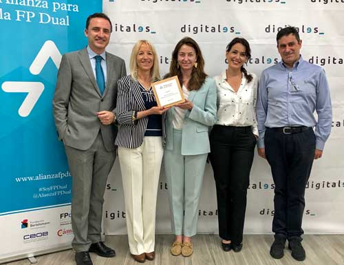 Alicia Richart recogió la placa que acredita la adhesión de DigitalES a la Alianza para la Formación Profesional Dual