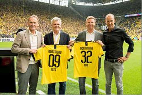 De ida. a dcha.: Hans-Joachim Watzke, CEO de Borussia Dortmund; Anton Zajac, cofundador de ESET,;Holger Suhl, country manager de ESET Alemania y Carsten Cramer, managing director de Borussia Dortmund, con la equipación conmemorativa