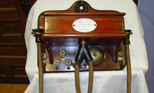 Uno de los dos teléfono Gower-Bell, protagonista de esta experiencia y que formó parte de la primera instalación permanente de telefonía en España - Foto Wikipedia/Fregenal01