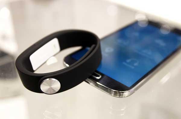 La pulsera One SmartBand SWR1O de Sony que puede verse en el Mobile World Congress