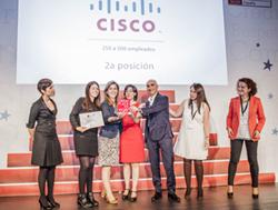 Elvira Alcalá-Zamora (3i) recibiendo el premio junto a otros trabajadores de Cisco España