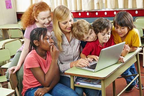 El uso de ordenadores ayuda al aprendizaje pero también tiene riesgos - Foto Robert Kneschke